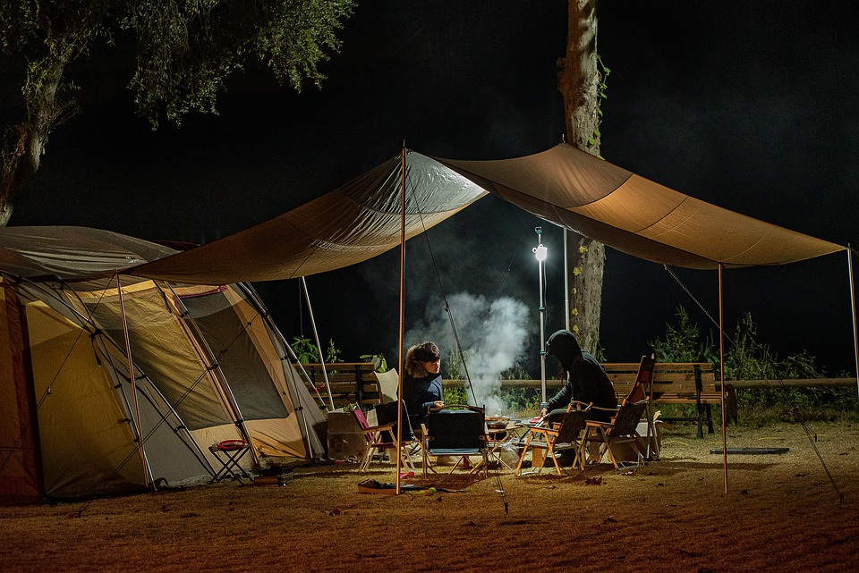 to mennesker ved et telt