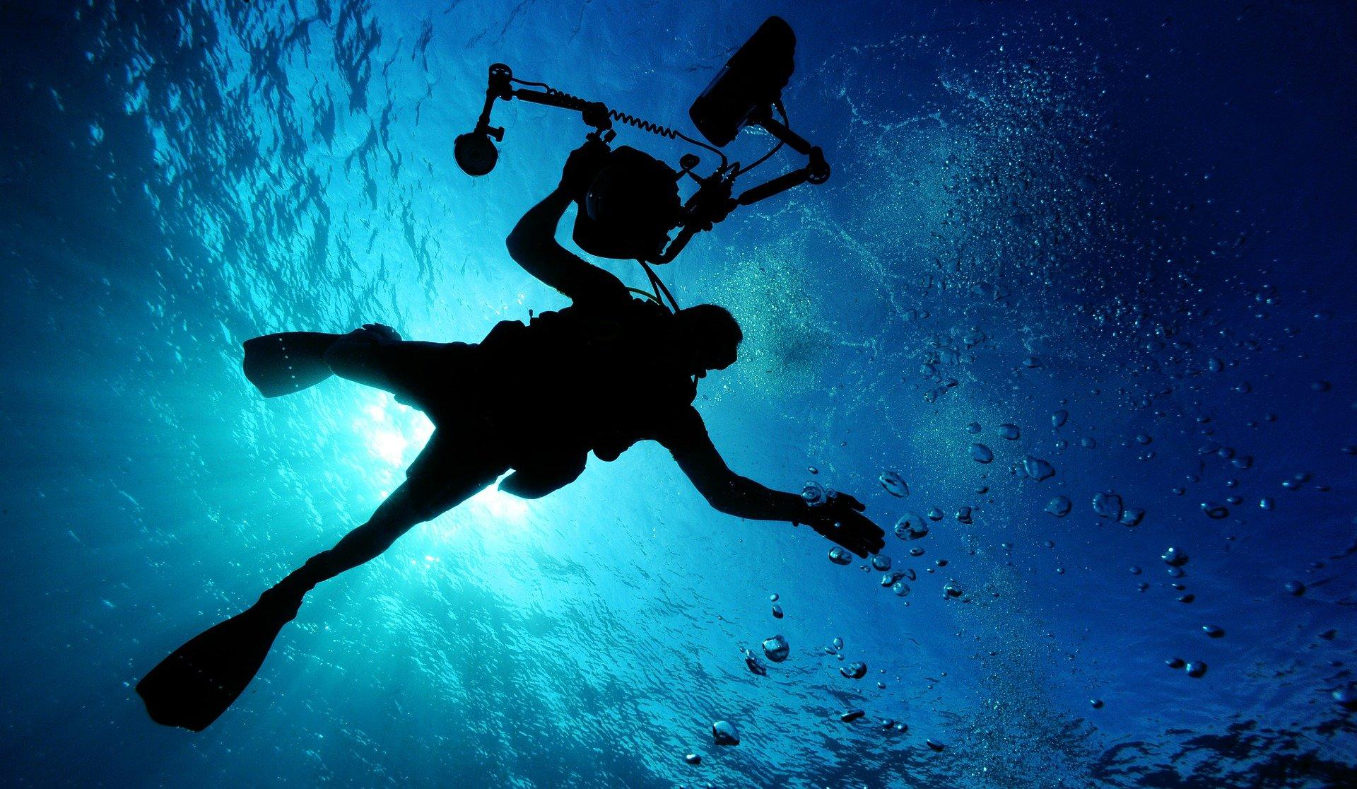 dykker i blåt ocean